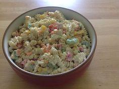 Ein einfacher Nudelsalat für viele Gelegenheiten, der nicht schwer im Magen liegt!