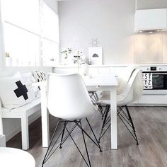 Time to share this gorgeous dining / kitchen space by @marenbaxter - Maren's house is just spectacular! Lots of monochrome goodness and a beautiful neutral feel. Perfection. #neutral #blackandwhite #monochrome #eames #whiteliving #interiordesign #scandiinterior #nordic