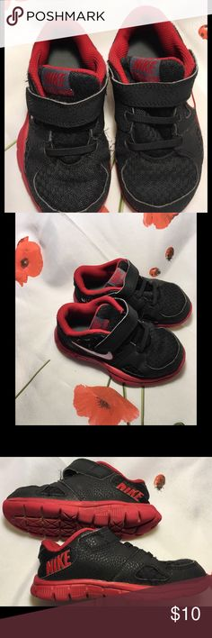 🔵 Boys Nike tennis shoes Velcro fasteners. These are in wonderful condition. Nike Shoes Sneakers