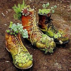 Express your creativity in your garden creating unique repurposed garden containers! You can make fantastic garden containers with old items you already have around the house. Replacing the boring pots with some creative garden containers will make Garden Planters, Succulents Garden, Planting Flowers, Garden Junk, Growing Succulents, Growing Herbs, Garden Totems, Head Planters, Moss Garden