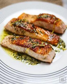 Łosoś smażony z patelni z sosem cytrynowo-maślanym. Jak smażyć łososia żeby był chrupiący i soczysty? Ile czasu smażyć łososia?