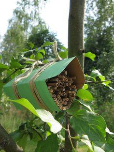Hyönteishotelli ohje - kierrätysteemalla Recycled Crafts, Diy Projects To Try, Recycling, Bee, Nature, Plants, Kids, Garden Ideas, Gardening