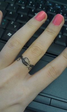 Erstaunliche Ring Tattoo am Finger - Tattoos Life Mini Tattoos, Large Tattoos, Body Art Tattoos, Feather Tattoos, Tattoo Small, Tattoo Am Finger, Small Finger Tattoos, Finger Tats, Tattoo Femeninos