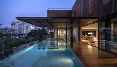 Belle maison contemporaine en bois et béton avec piscine en hauteur en Thaïlande, une-Joly-House-par-StuDO-Architectes #construiretendance