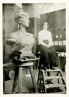 ROSTO DA REPÚBLICA. No atelier do escultor Simões de Almeida, Hilda Puga posou duas horas por dia, durante um mês, na presença da mãe. Apesar de ter ficado em 2º lugar no concurso da Câmara Municipal de Lisboa, esta imagem do busto foi a mais divulgada e comercializada