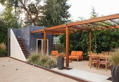 pergola moderne en bois pour le coin repas dans le jardin avec des graminées ornementales