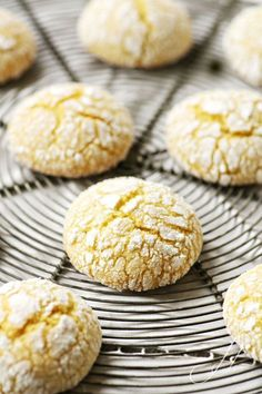Als ich vor ein paar Wochen das Rezept d… When I discovered the recipe for these cookies on the Italian. Lemon Recipes, Easy Cake Recipes, Gourmet Recipes, Crisco Cookies, Biscuit Cookies, Lemon Crinkle Cookies, Lemon Cookies, Italian Cookie Recipes, Italian Cookies