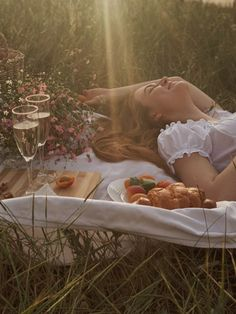 Picnic Photography, Fashion Photography Poses, Creative Photography, Portrait Photography, Indie Photography, Summer Aesthetic, Aesthetic Photo, Aesthetic Pictures, Picnic Date