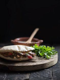 Rústica: Pan Pita con Pollo al Za' atar y Salsa de yogur al cilantro con aceitunas: