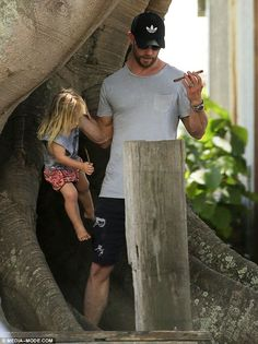 Thor star Chris Hemsworth, and his wife Elsa Pataky, played doting parents as they enjoyed family time outdoors near their Byron Bay home last Thursday. Marvel Funny, Marvel Dc, Chris Hemsworth Kids, Baby Avengers, Baby Tumblr, Man Thing Marvel, Korean Girl Fashion, Cute Baby Pictures, Chris Evans