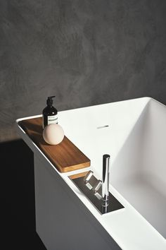 Agape, Marsiglia by LucidiPevere, the bathtub born from the encounter of a contemporary material - the Cristalplant® - and an object from the past: a wash-house. Marsiglia by LucidiPevere and Square taps by Benedini Associati. Learn more on agapedesign. Outdoor Bathtub, Small Bathtub, Bathtub Walls, House Of The Rising Sun, E Room, Basin Design, Wash Tubs, Pedestal Sink, Mirror With Lights