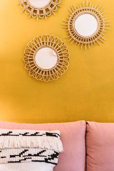 Homestory mit Sophia Zarindast. Interior Inspiration: Farbenfrohes Hippie Wohnzimmer im Altbau mit rosa Sofa, boho Kissen, Ethno Spiegel, gelber Wand #interior #inspiration #einrichtung #spiegel #bunt #hippie #boho #ethno #dekoration #ideen