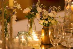 Pour un mariage, voici une jolie déco de table avec des fleurs et des bougies