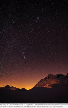 Sternenhimmel über Berninapass, UNESCO Weltkulturerbe Rhätische Bahn, Rhätische Bahn, Albula-Bernina-Linie, Berninabahn, Berninagruppe, Oberengadin, Engadin, Graubünden, Schweiz, Europa
