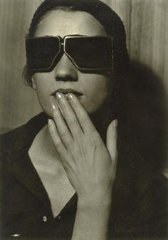 photo noir et blanc US   Lee Miller by Man Ray, 1929. lunettes noires 7f7015fa2561