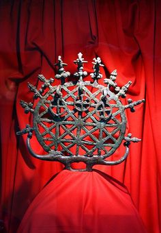 Dosya: SunDisk Alacahoyuk.jpgAlacahöyük'teki mezarlardan birçok güneş diski çıkarılmıştır. Bu disk, erken dönem Tunç Çağı'ndan.  One of the 13 sun disks found in tombs in Alacahöyük, which is an archaeological site in Turkey. This sun disk, along with the others found in the tombs, dates back to early Bronze Age. They are assumed to have some ritual importance, but the reason why they were placed in the tombs remains uncertain.