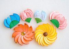 Flores hechas con círculos de papel. Hoy queremos enseñarte a hacer flores hechas con círculos de papel. Son muy sencillas y bonitas, como también muy económicas ya que solo necesitas de papeles de colores recortados en forma circular. Dobla algunos círculos al medio y pégalos uno al lado de otro sobre un circulo que usaremos como base de la flor. Materiales: -Papel cartulina -pegamento -diamantina -marcadores de colores Paso a paso: