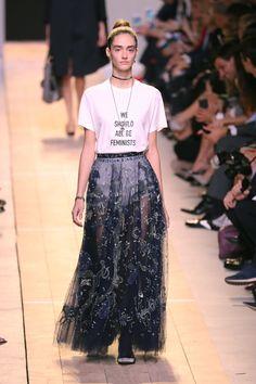 O desfile de estreia de Maria Grazia Chiuri na Christian Dior - Vogue | Desfiles