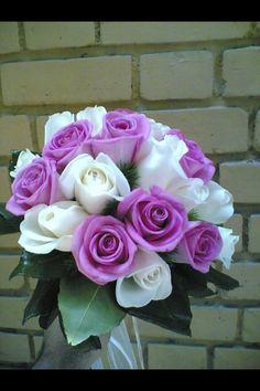 Rosas lilas y blancas como estas le regale unas a mi Hermana :) preciosas.