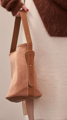 The Merette shoulder bag in camel corduroy with top handle in adjustable fastening. COMPOSITION AND CARE Dry Clean Only Corduroy / Synthetic Leather SIZE AND FIT One size width 12.75 inches, height me