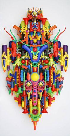 Hideki Kuwajima, 2010. Wat mij aanspreekt in dit werk is vooral de kleur en hoe   de verschillende speelgoederen hier echt tot een niet specifiek object worden gevormd. Maar meer tot een niet specifieke vorm worden gevormd