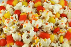 Fall Candy Corn Popcorn - a fun Halloween treat. Sweet, salty, crunchy and delicious and it is so easy to make. It would be a great Halloween Party Food or Fall movie night dessert! Pin this Fall Dessert for later and follow us for more fun Halloween Food ideas. Halloween Popcorn, Halloween Food For Party, Halloween Appetizers, Halloween Birthday, Halloween Treats, Halloween Stuff, Holiday Treats, Halloween 2017, Happy Halloween