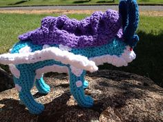 Items needed: crochet hook; body color yarn (here turquoise); mane color yarn (here purple); white yarn; headdress color yarn (here dark blue); scarps of felt for eyes; wire or pipe cleaners for tails; stuffing; tapestry needle