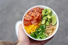 Conheça o poke, prato havaiano que promete ser a nova sensação do verão. O prato leve e refrescante é feito de peixe fresco cortado, marinado e servido na