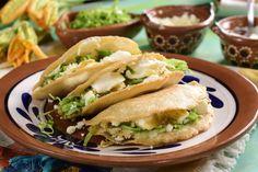 Estas clásicas quesadillas de masa de maíz fritas son ideales para botanear al estilo muy mexicano. El delicioso relleno de flor de calabaza con un toque de epazote y suave queso oaxaca es la combinación ideal para comer con una salsa picosita.