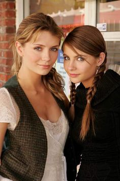 Mischa Barton and Willa Holland Kaitlin Cooper The Oc, Marissa Cooper, Gossip Girl, The Oc Tv Show, Willa Holland, Thea Queen, Red Band Society, Beautiful People, Beautiful Women