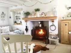 20 Ideas shabby chic living room fireplace for 2019 Cottage Living Rooms, My Living Room, Living Room Decor, Cosy Living Room Warm, Cottage Shabby Chic, Shabby Chic Living Room, Country Cottage Interiors, White Bedroom Furniture, Shabby Chic Furniture