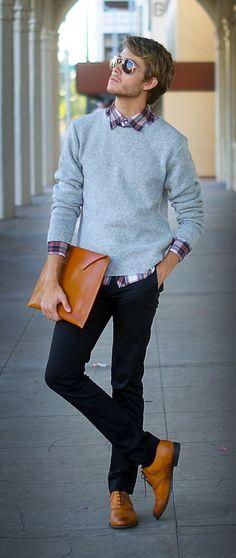 Comprar ropa de este look: https://lookastic.es/moda-hombre/looks/jersey-con-cuello-barco-gris-camisa-de-manga-larga-blanca-y-roja-y-azul-marino-pantalon-chino-azul-marino-zapatos-oxford-marron-claro/705 — Camisa de Manga Larga de Tartán Blanca y Roja y Azul Marino — Jersey con Cuello Barco Gris — Pantalón Chino Azul Marino — Zapatos Oxford de Cuero Marrón Claro