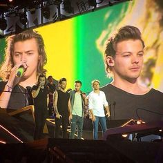 Welcome to your ultimate fansite for everything related to One Direction and Zayn Malik. Here you can find everything from daily news, pictures, videos, and much more. Larry Stylinson, Four One Direction, One Direction Pictures, Foto One, Louis Y Harry, X Factor, Larry Shippers, Louis Tomilson, On The Road Again