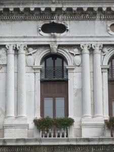 :31.  Jacopo Sansovino corner detalle. (1486 - 1570): Palazzo Corner della Ca' Grande, Venice 1545   Compagino de nuevo la escultura helenística con la arquitectura (más sobria que en la Libreria)