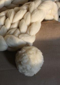 Kit de 2 Pompones grandes de lana merina blanca natural procedente de España.  Hechos de lana en mecha (chunky wool). Pura lana merina. 100% lana ecológica.  Ideal para completar gorros, mantas, chales o bufandas, incluso para hacer guirnaldas decorativas. Chunky Wool, Merino Wool, Stuffed Mushrooms, Kit, Natural, How To Make, Wool Blanket, Pom Poms, Garlands