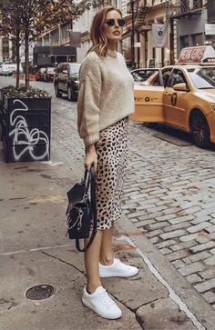 You know, animal prints are always important for fashion world. And designers like to use it in any piece of clothes. However, this midi leopard print skirt Mode Outfits, Skirt Outfits, Fall Outfits, Casual Outfits, Fashion Outfits, Office Outfits, Fashion Mode, Look Fashion, Autumn Fashion