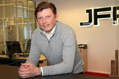 Det går virkelig stærkt for byggevirksomheden JFP A/S i Herning. Firmaet ser frem til endnu et vækstår med en milliard i omsætning. Men så skal der også lidt ro på for en tid, mener direktøren