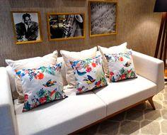 """Se a a sala está sem graça e você que dar um """"up"""" gastando pouco invista em almofadas coloridas. Uma ideia simples que faz uma grande diferença no visual da sua casa. Conheça as novas estampas das capas de almofada da Design Juliana Curi na Catran"""