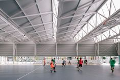 Image 16 of 33 from gallery of Polycarbonate in Architecture: 10 Translucent Solutions. Photograph by Imagen Subliminal Factory Architecture, Roof Architecture, Architecture Details, Sawtooth Roof, Little Big House, Steel Structure Buildings, Industrial Architecture, Roof Detail, Skylight