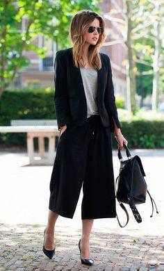 Street style look com calca cropped, blazer preto e tshirt.