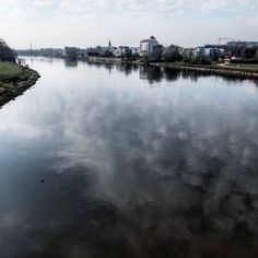 Ein Leben ohne Fluss ist möglich aber sinnlos. Auch wenn die Elbe stadtplanerisch nicht optimal in die Stadt Magdeburg integriert wurde so ist sie doch ein wesentlicher Teil. Oder wird es immer mehr. Der Blick von der Sternbrücke nach Buckau im Süden zeichnet so ein idyllisches Bild der ehemaligen Arbeiter- und Schwermaschinenstadt. Ich fahre oder laufe täglich hier über die Elbe - mache ich das mal einen Tag nicht dann fehlt es mir einfach. : #fujix30  #fluss #river #elbe #magdeburg #buckau…