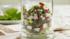 Feine Vorspeise oder vegetarischer Snack zum Mitnehmen: Linsensalat an Orangensaft und Himbeeressig, angereichert mit Frühlingszwiebeln und Radieschen.