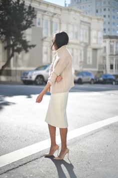 Outfit inspiration | women's fashion | oversized sweater | pumps | street style