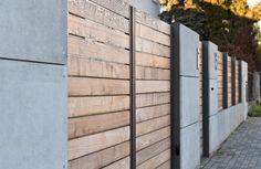 XCEL nowoczesne ogrodzenie Wood and concrete Modern Wood Fence, Modern Wooden House, Modern Fence Design, House Fence Design, Fence Gate Design, Stainless Steel Handrail, Aluminium Gates, Compound Wall, Concrete Wood