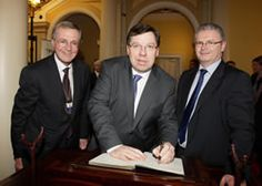 Ireland's Prime Minister, Brian Cowen, is  left-handed, as was his predecessor, Bertie Ahern! (centre in this picture)
