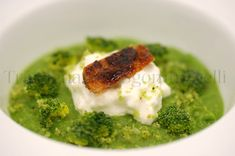 Sicilian broccoli sauce with anchovy sauce, with its raw florets, burrata, caramelized anchovies and Broccoli Puree, Anchovy Sauce, Easy Bread, Zucchini Bread, Fine Dining, Finger Foods, Bread Recipes, Mashed Potatoes, Alice