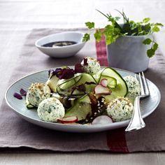Gurken-Radieschen-Salat mit Kräuter-Frischkäsebällchen in Sesamsoße Rezept | LECKER