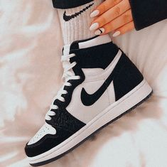 Image about fashion in Just do it by 𝙈𝙤𝙧𝙜𝙖𝙣 on We Heart It Cute Sneakers, Sneakers Mode, Sneakers Fashion, Fashion Outfits, Jordan Shoes Girls, Girls Shoes, Zapatillas Nike Huarache, Nike Shoes Air Force, Sneaker Outfits