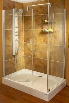 Esta es una ducha grande y esta en el pequeño cuarto de baño.