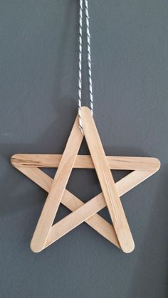 A Christmas star to decorate the house, to make oneself with furniture. – Noel A Christmas star to decorate the house, to make oneself with furniture. Kids Crafts, Christmas Crafts For Kids, Craft Stick Crafts, Holiday Crafts, Christmas Diy, Christmas Ornaments, Diy Ornaments, Christmas Design, Craft Sticks